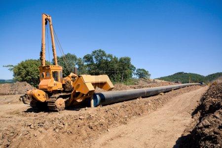 Photo pour Machine à tordre les tuyaux avant de les mettre dans un fossé dans une construction de pipeline - image libre de droit