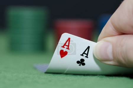 Photo pour Photo macro d'une paire d'As dans la main d'un joueur de poker, le focus est sur les aces est floue, les autres onglets. - image libre de droit