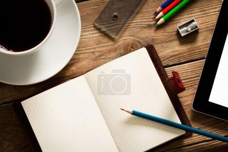 Photo pour Bureau occupé d'un étudiant de l'Université avec un agenda ouvert prêt à être rempli. - image libre de droit
