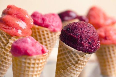 Photo pour Fruits glaces dans les cornets de crème. - image libre de droit