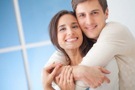 Photo pour Heureux jeune couple dans leur salon moderne. - image libre de droit