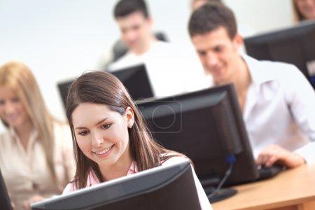 Photo pour Étudiants à l'aide d'ordinateurs - image libre de droit