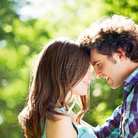 Photo pour Un couple heureux, debout face à face et souriant. - image libre de droit