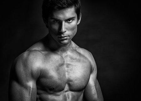 Photo pour Un bel homme torse nu pose. - image libre de droit