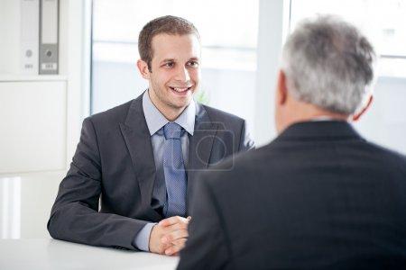 Photo pour Un candidat à un emploi de parler à l'intervieweur. - image libre de droit