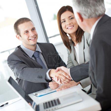 Photo pour Un couple après une réunion fructueuse avec leur conseiller financier. - image libre de droit