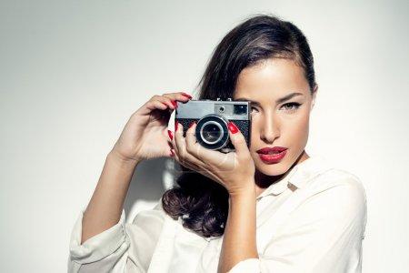 Photo pour Belle photographe de mode féminine - image libre de droit