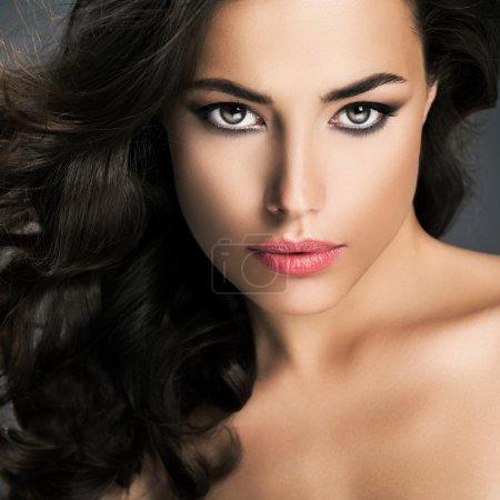Photo pour Portrait de la beauté d'une femme sensuelle caucasienne. - image libre de droit