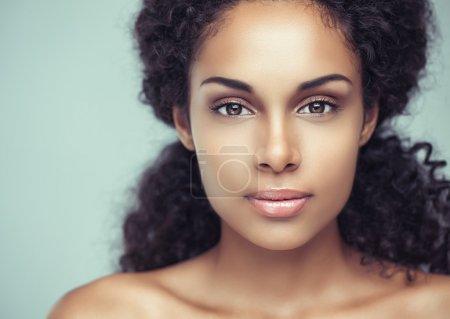 Photo pour Portrait d'une jeune femme africaine sensuelle. - image libre de droit