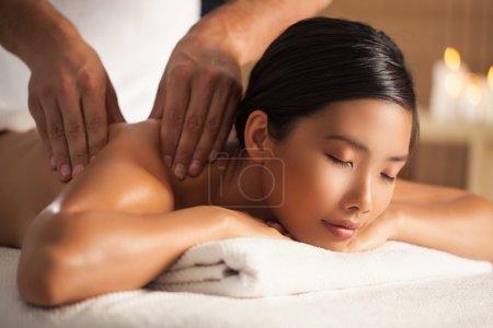 Photo pour Femme asiatique bénéficiant d'un massage du dos. - image libre de droit