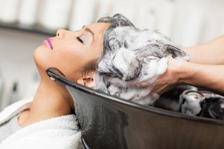 Photo pour Sourire de femme asiatique, avoir les cheveux lavé dans le salon de coiffure. - image libre de droit