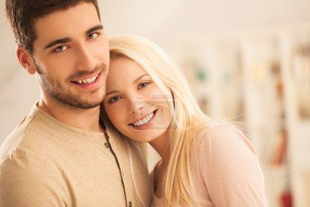 Photo pour Souriante jeune couple posant ensemble. - image libre de droit