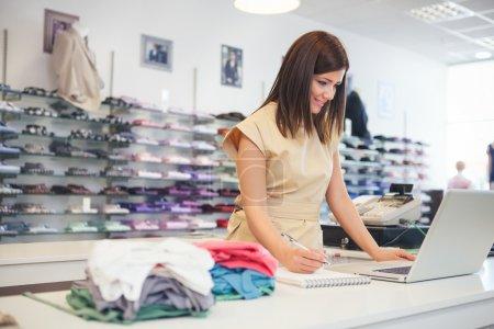 vendeuse dans un magasin de vêtements