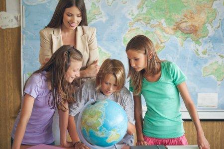 Estudiantes en una lección de geografía