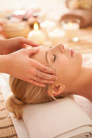 Photo pour Jeune femme blanche sur un massage de la tête . - image libre de droit