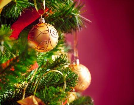 Photo pour Un arbre de Noël avec des boules d'or. - image libre de droit