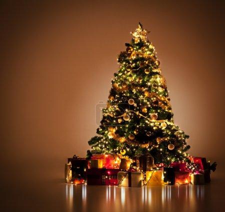 Photo pour Joliment décoré le sapin de Noël avec nombreux cadeaux sous elle. - image libre de droit