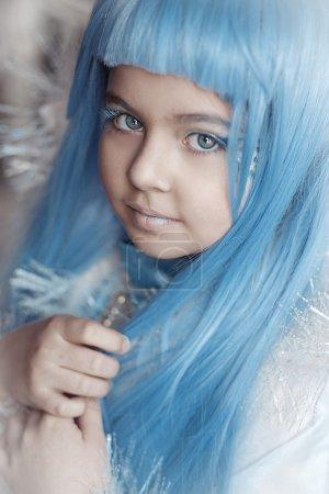 Photo pour Conte de fées petite fille aux cheveux bleus - image libre de droit