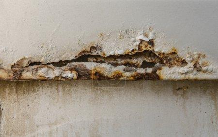Photo pour Trou déchiqueté métal texturé rouillé de vieille voiture . - image libre de droit