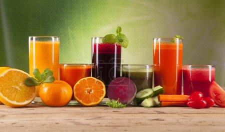 Photo pour Jus frais, mélange de fruits et légumes - image libre de droit