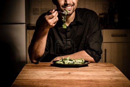 Photo pour Homme dînant à la maison dans sa cuisine - image libre de droit