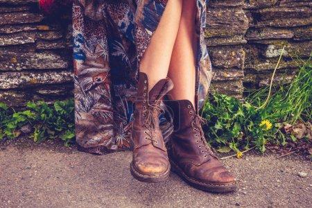 Photo pour Randonnée pédestre et le jambes femme bottes de mur en pierre - image libre de droit