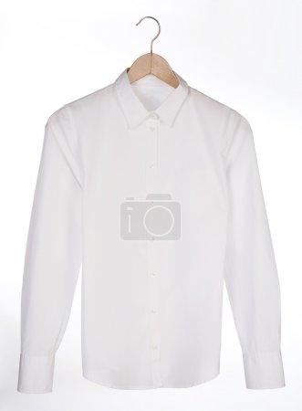 Photo pour Chemise blanche sur un cintre sur fond blanc - image libre de droit