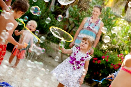 Foto de Niños en la playa, jugar - Imagen libre de derechos