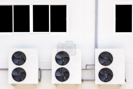 Photo pour Compresseur de climatisation sont mis derrière le bâtiment - image libre de droit