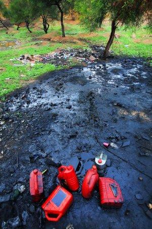 Photo pour Pollution des sols par les produits pétrochimiques - image libre de droit