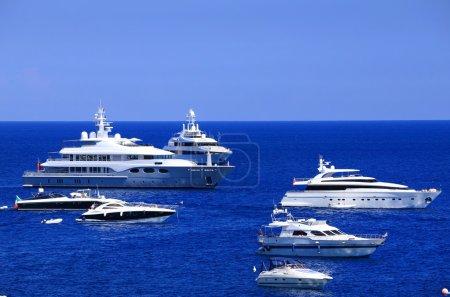Photo pour Voile sur la mer Méditerranée, l'île de capri, l'europe - image libre de droit