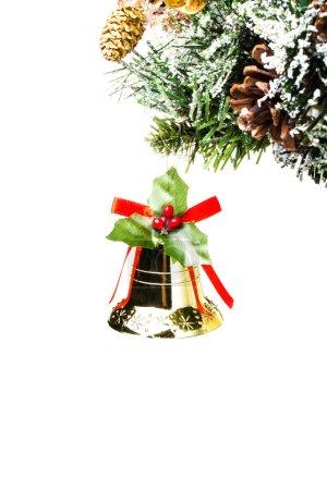 Photo pour Cloche dorée brillante de Noël sur branches de sapin avec cônes et décorations de neige. Isolé sur fond blanc . - image libre de droit