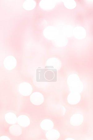 Foto de Luces de bokeh defocused natural blanco sobre un fondo degradado Rosa suave, backdro festivo - Imagen libre de derechos