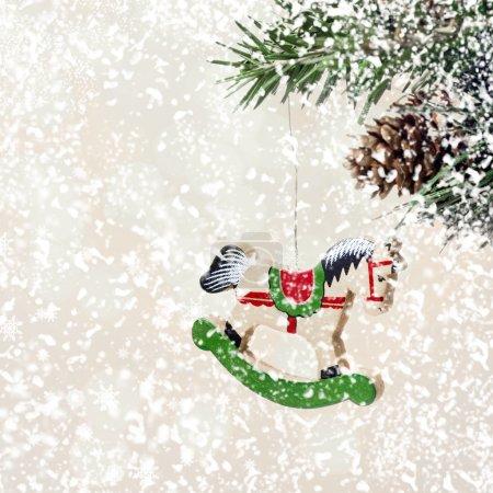 Photo pour Carte de Noël avec des heures en bois sur les branches de sapin avec des décorations de neige et avec des flocons de neige blancs tombants avec espace de copie pour saluer le texte . - image libre de droit