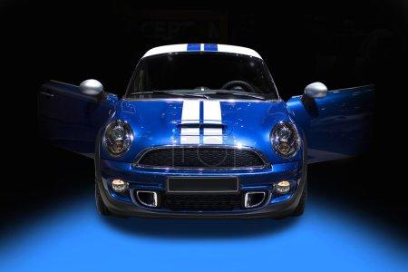 Photo pour Blue mignonne voiture de sport isolé sur fond noir - image libre de droit