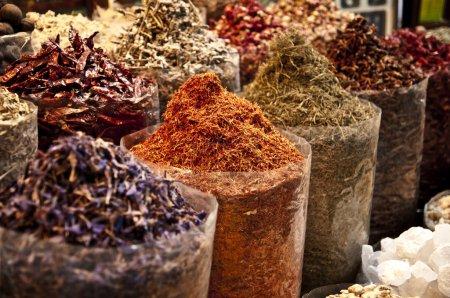 Photo pour Marché des épices orientales - sacs pleins de variété d'épices : poivre, safran et autres - image libre de droit