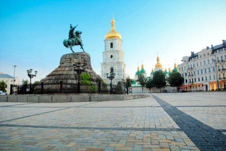 Photo pour Sophie carré et Eglise de saint sophia - un des plus importants monuments de kiev, ukraine - image libre de droit