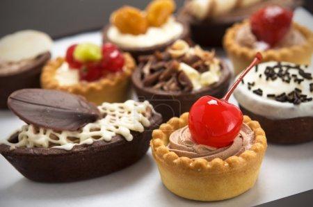 Photo pour Petits gâteaux avec différentes farces - image libre de droit