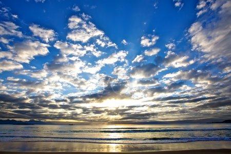 Photo pour Beau lever de soleil sur l'océan avec des cloches remplissant le ciel . - image libre de droit