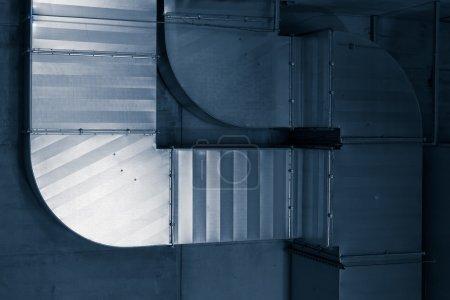 Photo pour Système de tuyaux de ventilation dans un passage souterrain - image libre de droit