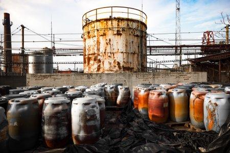 Photo pour Tonneau contenant beaucoup de déchets dangereux dans une entreprise - image libre de droit