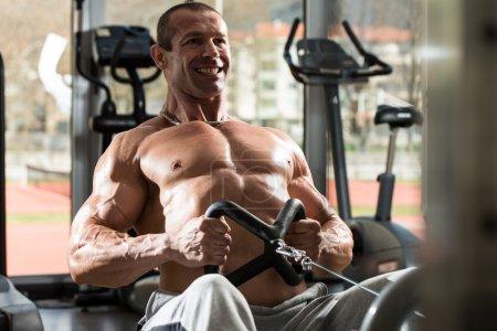 Photo pour Mâle en bonne santé, faire des exercices de dos dans la salle de gym - image libre de droit