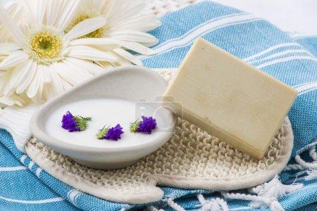 Photo pour Morceau de savon naturel aux herbes et fleurs. - image libre de droit