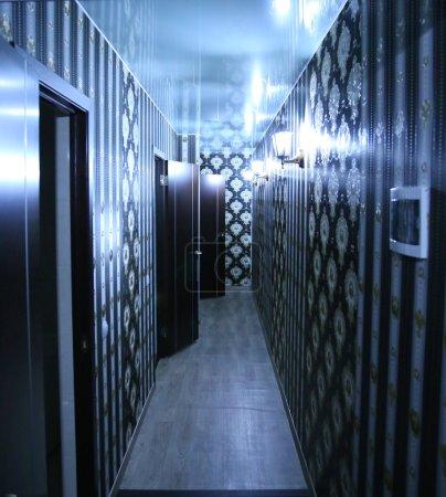 Photo pour Couloir moderne avec les lampadaires et les revêtements muraux foncé - image libre de droit