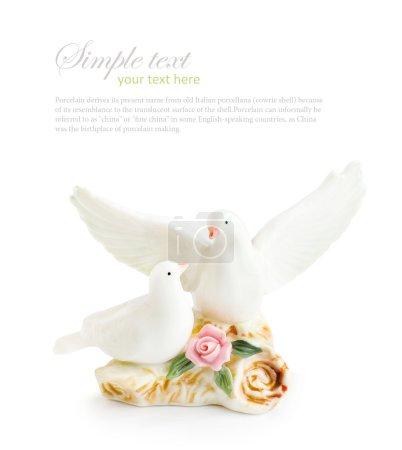Photo pour Paire de figurine de colombe isolée sur fond blanc - image libre de droit