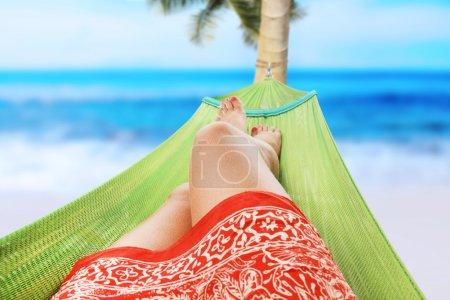 Photo pour Fille jouissant sur la plage - image libre de droit
