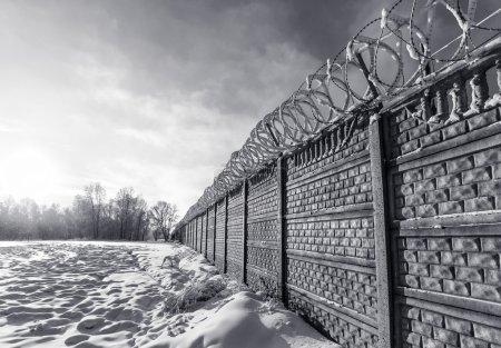 Photo pour Vieux mur de prison en Sibérie - image libre de droit
