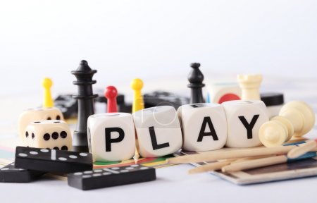 Photo pour Détail des jeux de plateau, pions, échecs, dominos, bâtonnets de mikado et dés - image libre de droit