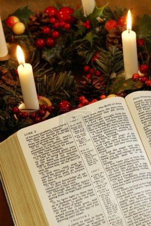 Photo pour Bible ouverte et couronne de l'Avent - image libre de droit