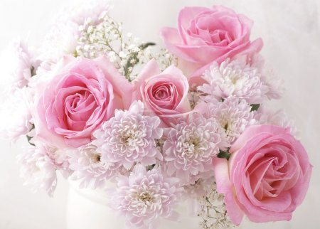 Foto de Blancas y rosas flores en un florero. - Imagen libre de derechos